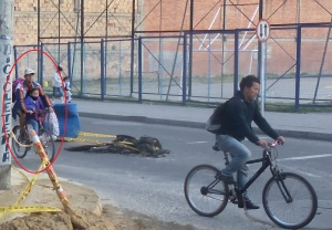 Persiste la costumbre de llevar a los niños al colegio en bicicleta.