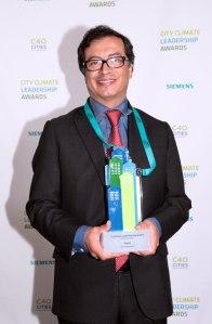 Gustavo Petro, alcalde mayor de Bogotá, recibe el Premio mundial de liderazgo climático y ciudad en Londres. (Foto: Alcaldía Mayor de Bogotá)