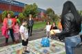 Niños y niñas juegan con pedagogas de la Secretaría Distrital de Movilidad en el marco de las Novenas de Aguinaldos. Conocimiento de la vía, interacciones y toma de decisiones son los ejes del juego.