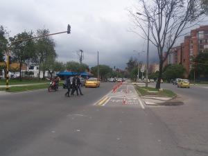 Interacción de peatones, conductores, motociclistas e infraestructura en paso semaforizado de ciclorruta de la Carrera 50 en Bogotá. (Foto: Guillermo Camacho-Cabrera)