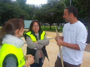 María Andrea Fernández, Coordinadora de Pedagogía, Liliana Bohórquez, Directora de Seguridad Vial y Germán Sarmiento de Cebras por la Vida dialogan en el Parque de la 93. (Foto: Guillermo Camacho Cabrera)