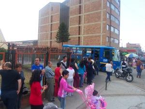 Usuarios haciendo fila para adquirir Tarjeta Tu Llave en una localidad de Bogotá (Archivo). Foto: Guillermo Camacho Cabrera