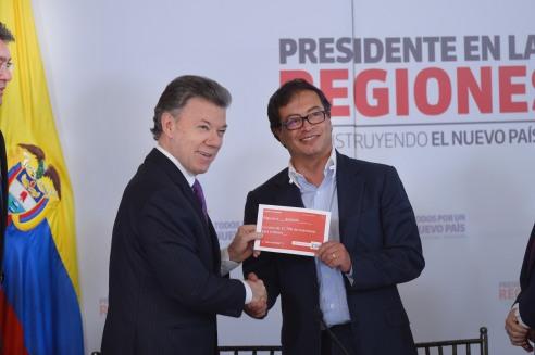 Presidente Santos hace entrega de recursos para el Metro al Alcalde Petro (Foto: Casa de Nariño)