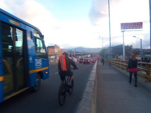 Ciclista en Bogotá transitando al lado de un bus del SITP (Foto: Guillermo Camacho Cabrera)