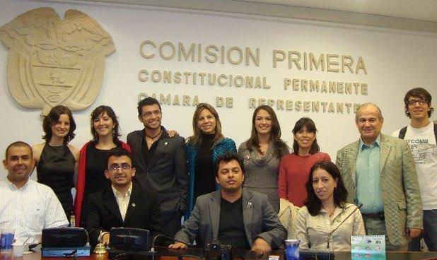 En la Comisión Pimera Constitucional Permanente de la Cámara de Representantes de la República de Colombia con un grupo de activistas de la defensa de los animales.